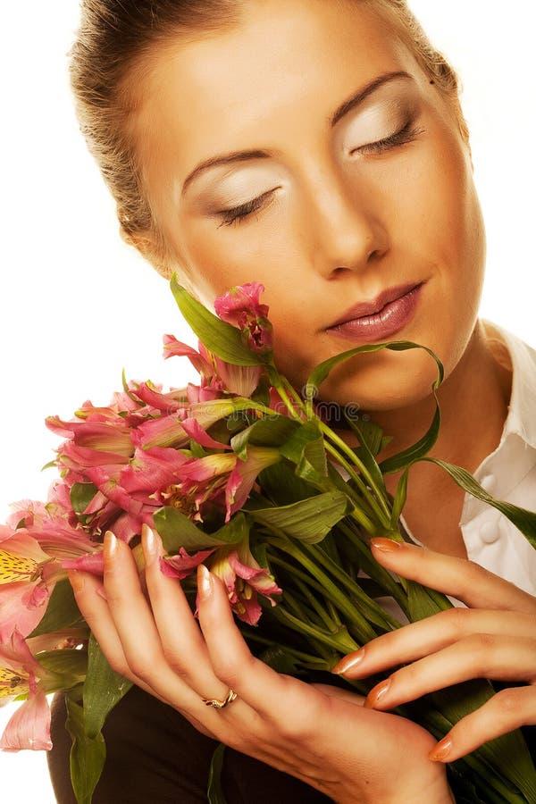 Junge Frau mit rosa Blumen stockfotografie