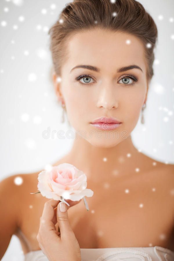 Junge Frau mit rosafarbener Blume stockbild