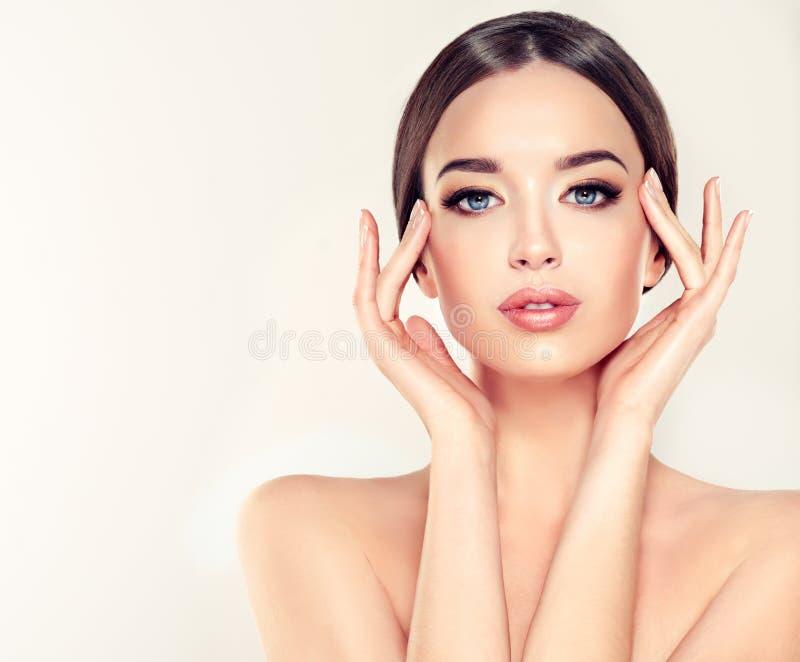Junge Frau mit sauberer frischer Haut, bloßen sholders und eleganter Geste stockfotografie
