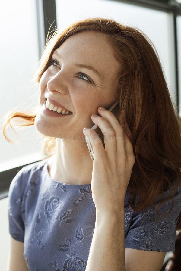 Junge Frau mit schönen blauen Augen sprechend am Handy lizenzfreies stockfoto