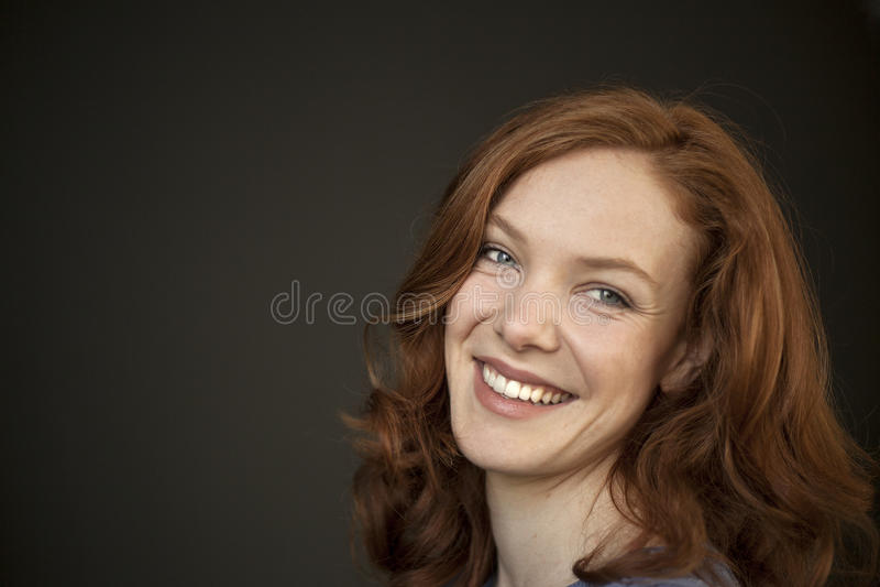 Junge Frau mit schönen blauen Augen und dem roten Haar stockfotos