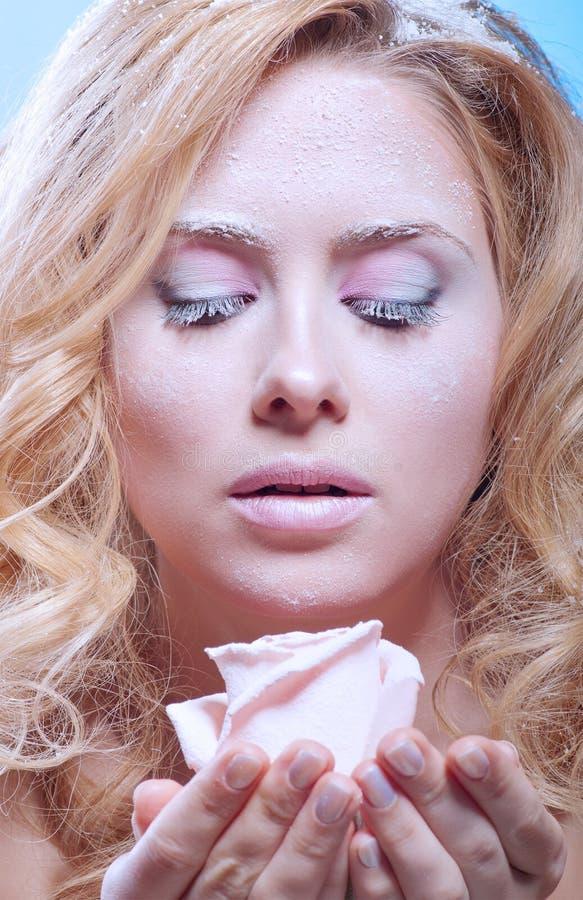 Junge Frau mit schneebedeckter Haut (kalte Farben) stockbild