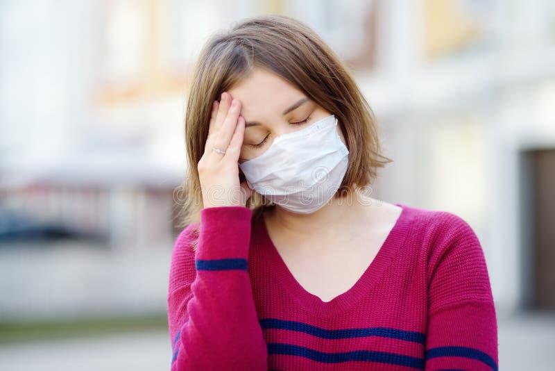 Junge Frau mit Schutzmaske in der Öffentlichkeit Sicherheit bei COVID-19-Ausbruch stockfoto