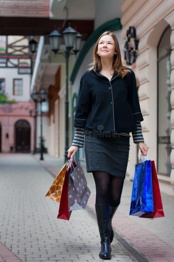 Junge Frau mit shoppingbags stockfoto