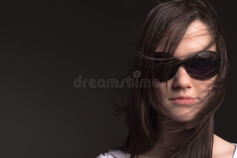 Junge Frau mit Sonnenbrillen lizenzfreie stockfotos