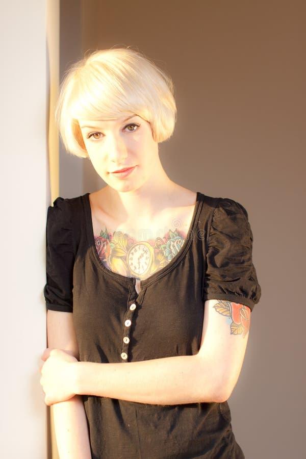 Junge Frau mit Tätowierungen stockfotos
