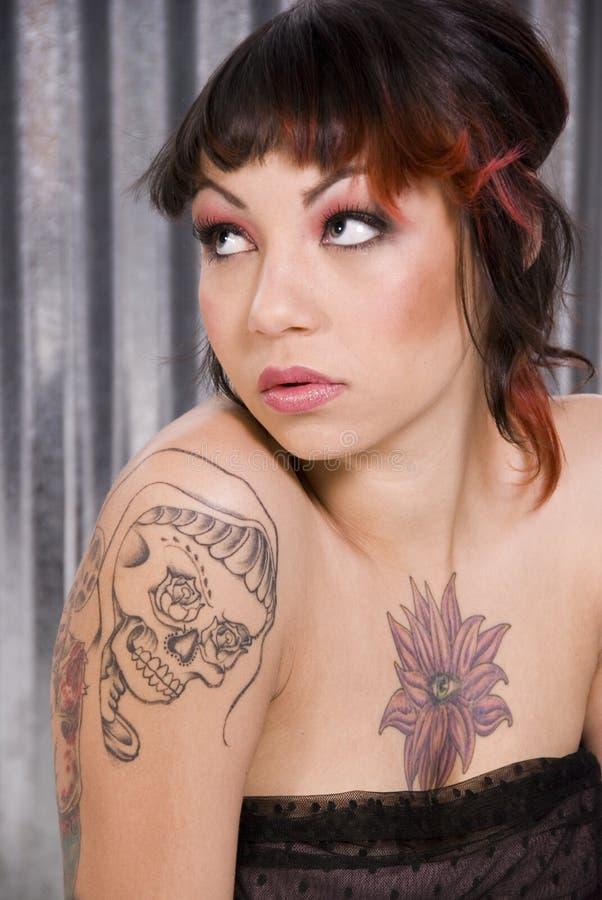 Junge Frau mit Tätowierungen lizenzfreie stockbilder