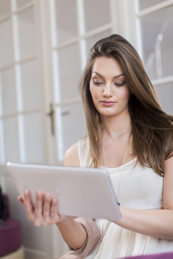 Junge Frau mit Tablette stockbilder