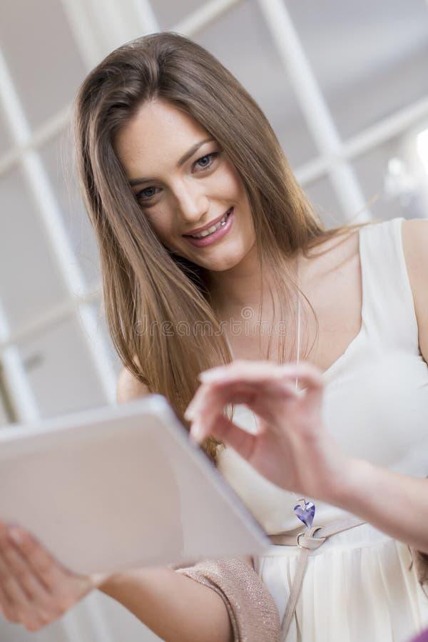 Junge Frau mit Tablette lizenzfreies stockbild