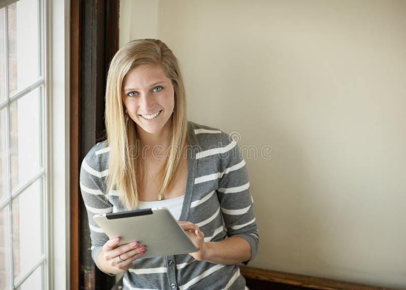 Junge Frau mit Tablettencomputer stockbilder