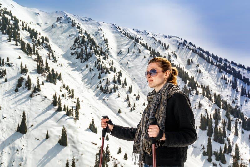 Junge Frau mit Trekkingsstöcken stockfoto