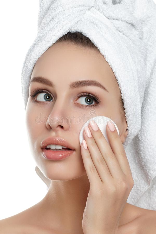 Junge Frau mit Tuch auf ihrem Haarreinigungsmake-up stockbilder