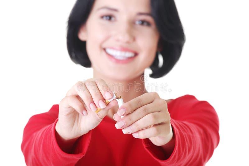 Junge Frau mit unterbrochener Zigarette. stockfotos