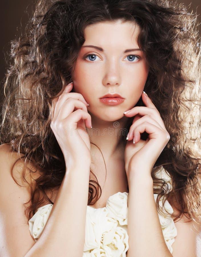 Junge Frau mit weißem Kleid stockfotografie