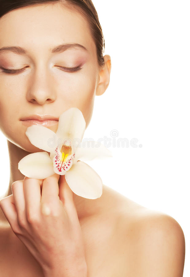 Junge Frau mit weißer Orchidee lizenzfreie stockbilder