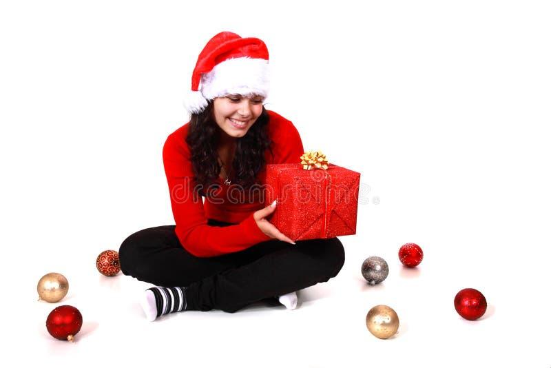 Junge Frau mit Weihnachtsgeschenk lizenzfreie stockfotos