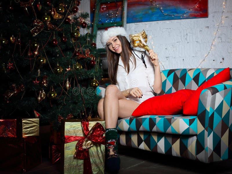 Junge Frau mit Weihnachtsgeschenken lizenzfreies stockfoto