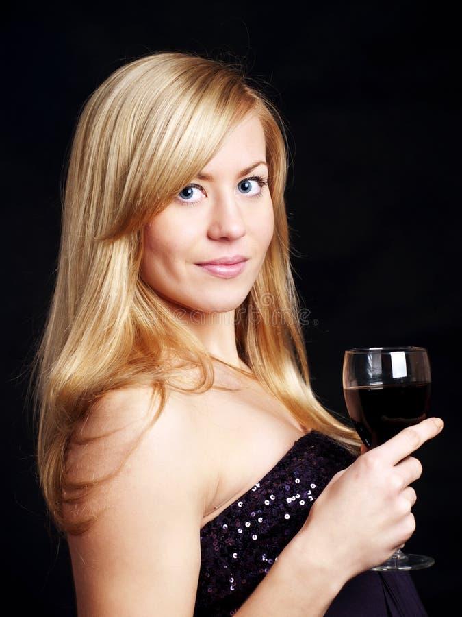 Junge Frau mit Wein über Dunkelheit lizenzfreies stockbild