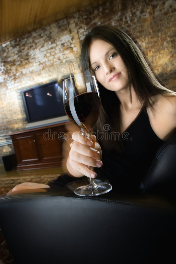 Junge Frau mit Wein stockfotografie