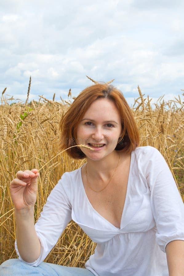 Junge Frau mit wheaten Spitze lizenzfreie stockfotos
