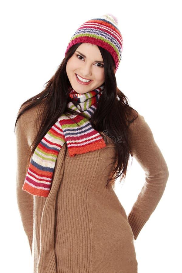 Junge Frau mit Winterschutzkappe stockfotos