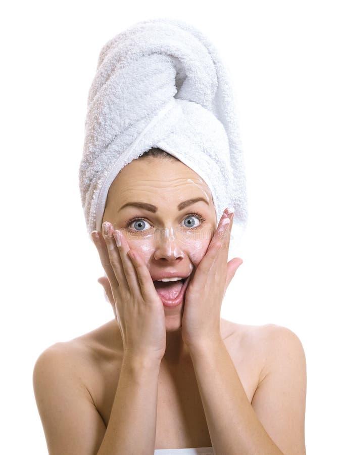 Junge Frau, nach dem Baden der setzenden Creme, oder befeuchten lizenzfreies stockbild