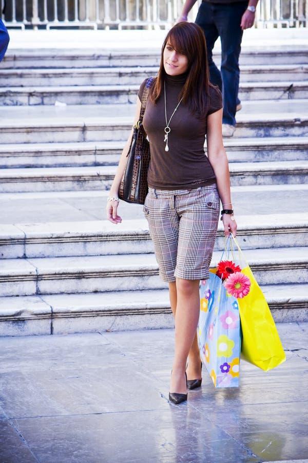 Junge Frau nach dem Einkauf stockbild