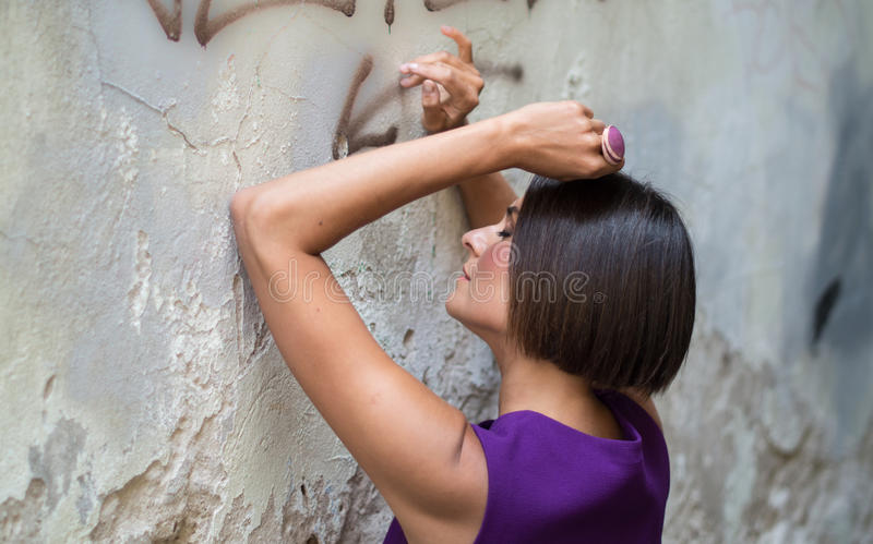 Junge Frau nahe alter Wand pfoto stockfoto