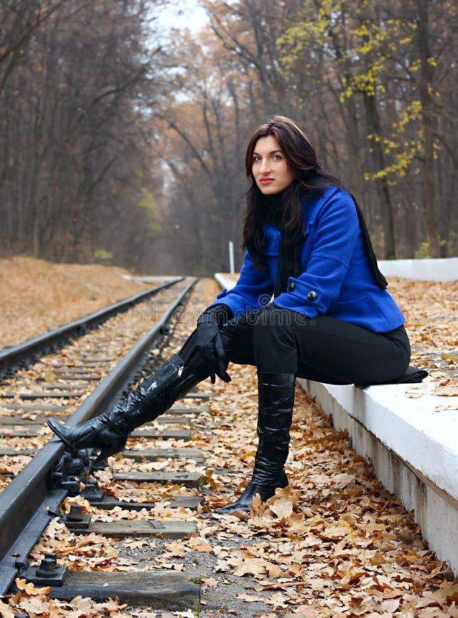 Junge Frau nahe den Schienen stockbilder