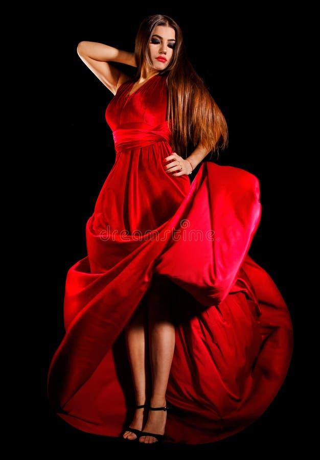 Junge Frau nahe der roten Lampe stockfoto