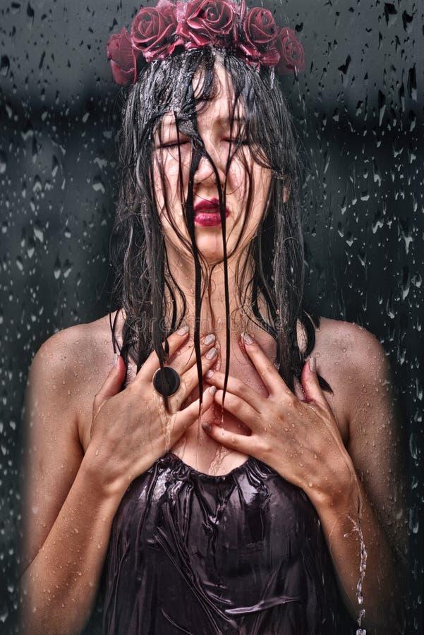 Junge Frau, nasses schwarzes Haar des geschlossenen Auges stockbilder