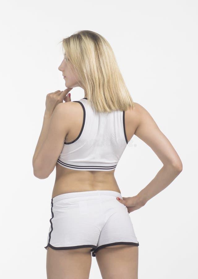 Junge Frau nimmt an Eignung und Yoga teil lizenzfreie stockbilder