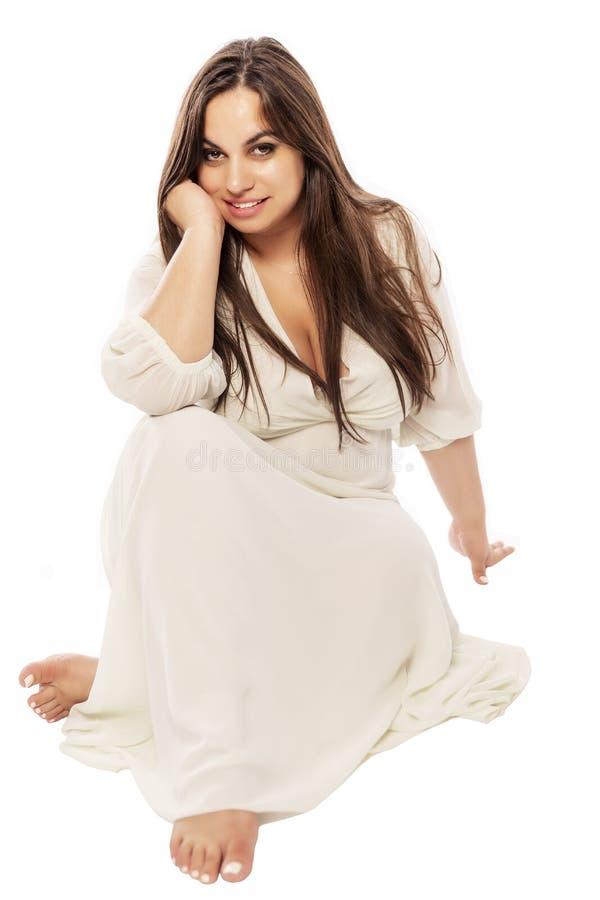 Junge Frau plus Größe mit großem Fehlschlag im schönen Kleid stockbild