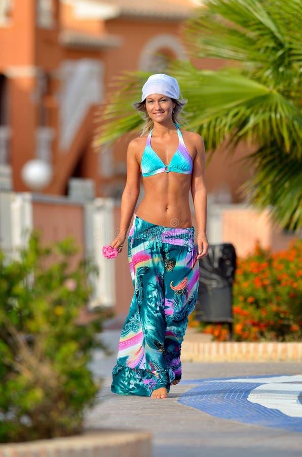 Junge Frau am Pool lizenzfreie stockfotos
