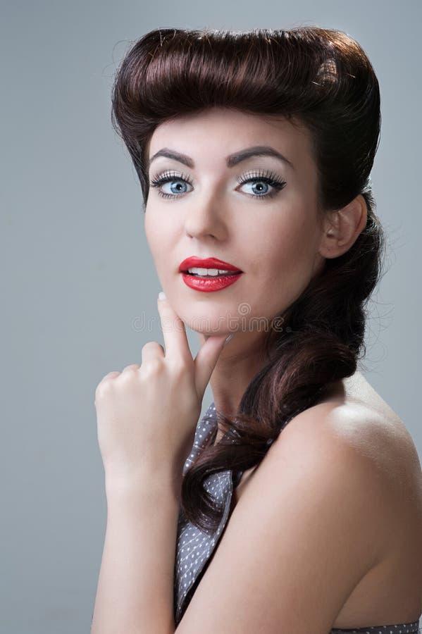 Junge Frau, Retro- Anreden stockfoto