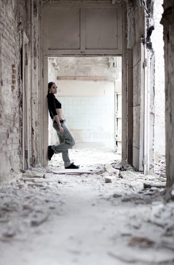 Junge Frau in ruiniertem Gebäude stockbild