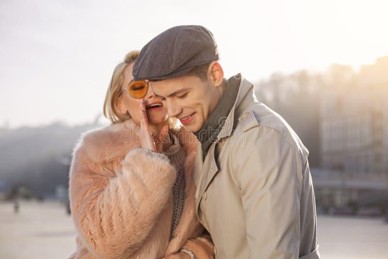 Junge Frau sagt ihrem stilvollen Mann zarten Wörtern lizenzfreie stockfotos