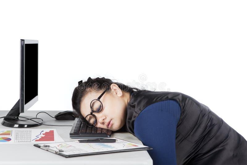 Junge Frau schläft auf Schreibtisch lizenzfreies stockfoto