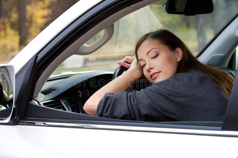 Junge Frau schläft im Auto stockfoto