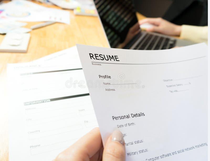 Junge Frau senden Zusammenfassung zum Arbeitgeber zur Berichtbewerbung stockbild