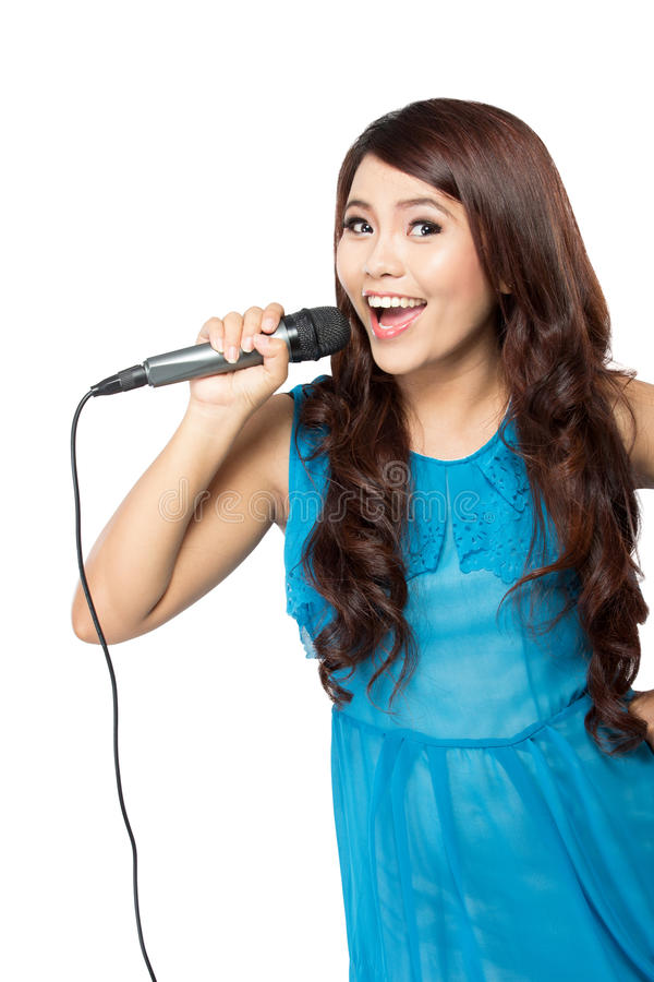Junge Frau singen das Halten eines mic, lokalisiert stockfotos