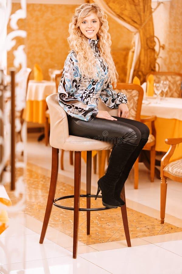 Junge Frau sitzt in schönem lizenzfreie stockfotos