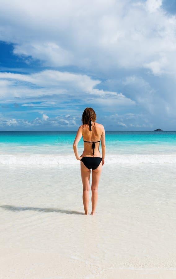 Junge Frau steht auf dem Strand lizenzfreie stockfotografie