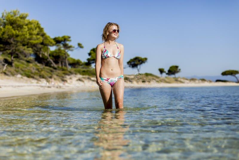 Junge Frau am Strand stockfoto