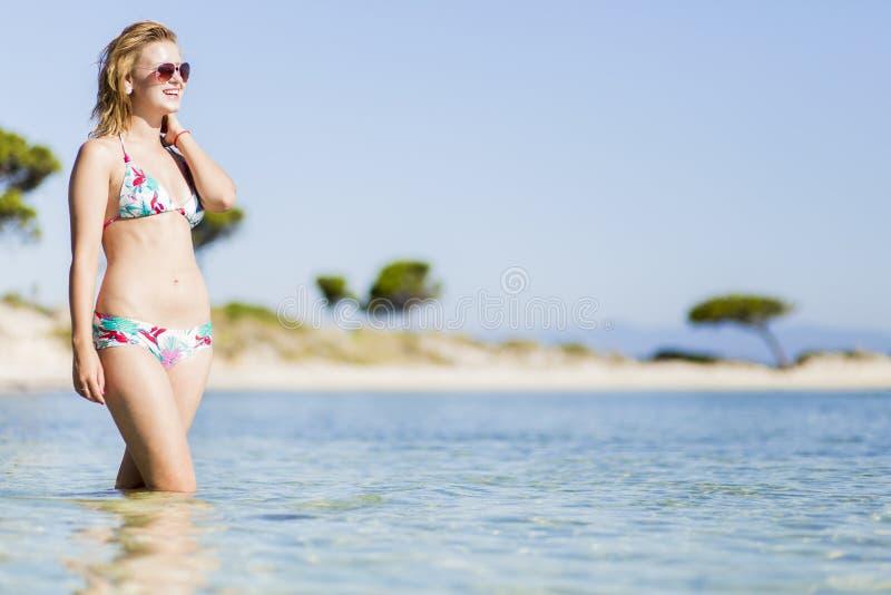 Junge Frau am Strand lizenzfreies stockfoto