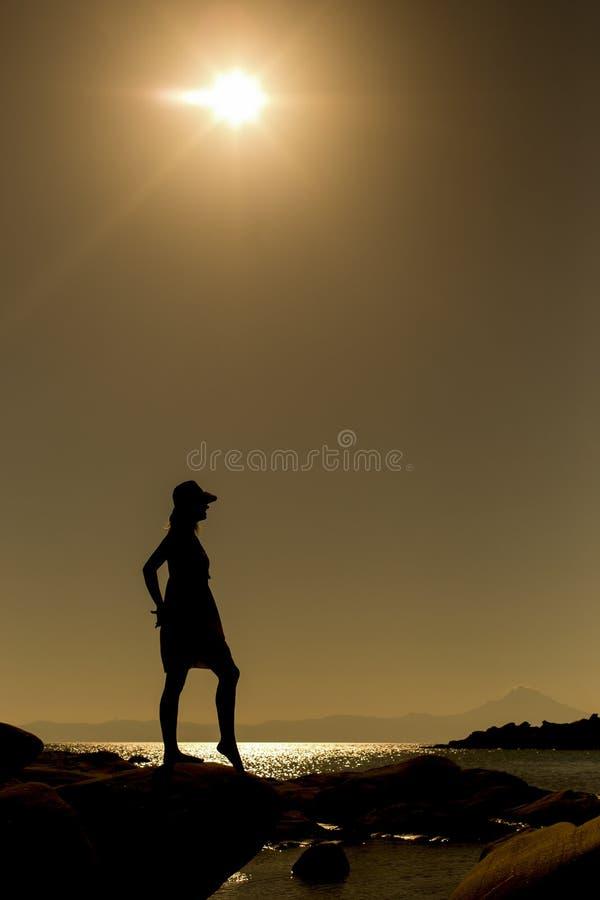 Junge Frau am Strand stockbilder