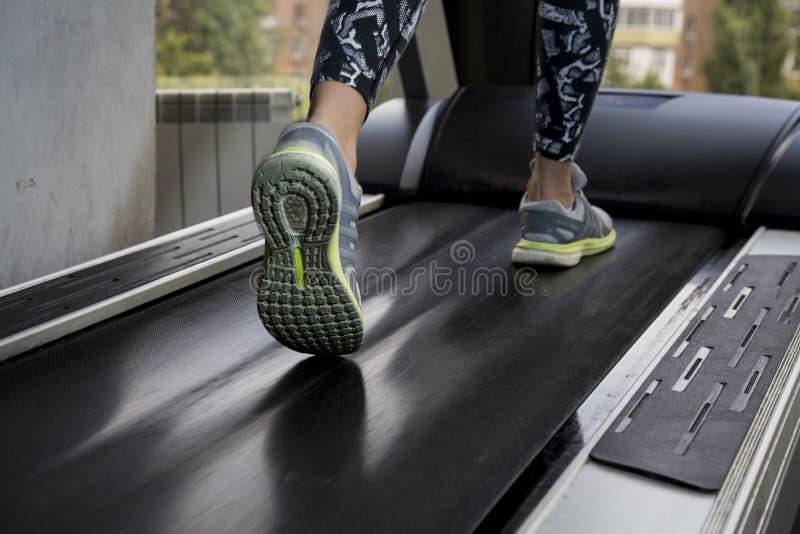 Junge Frau strebt herein Sport an der Turnhalle an lizenzfreie stockfotos