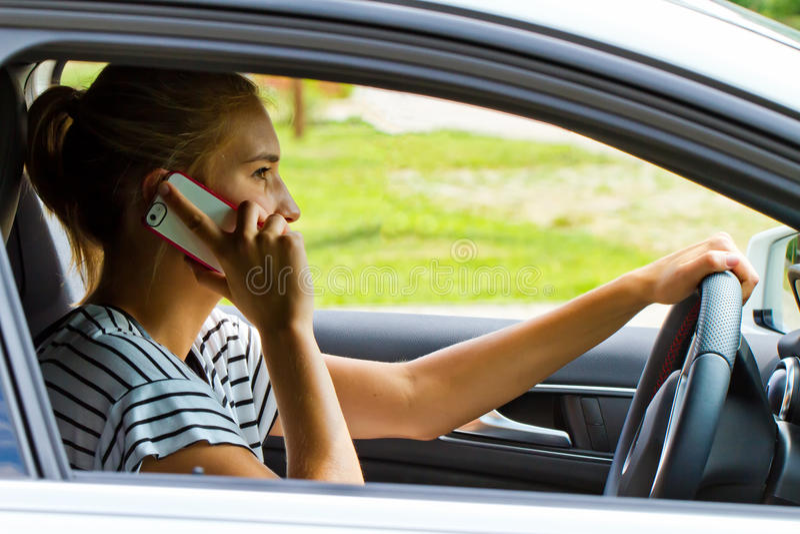Junge Frau am Telefon lizenzfreie stockbilder