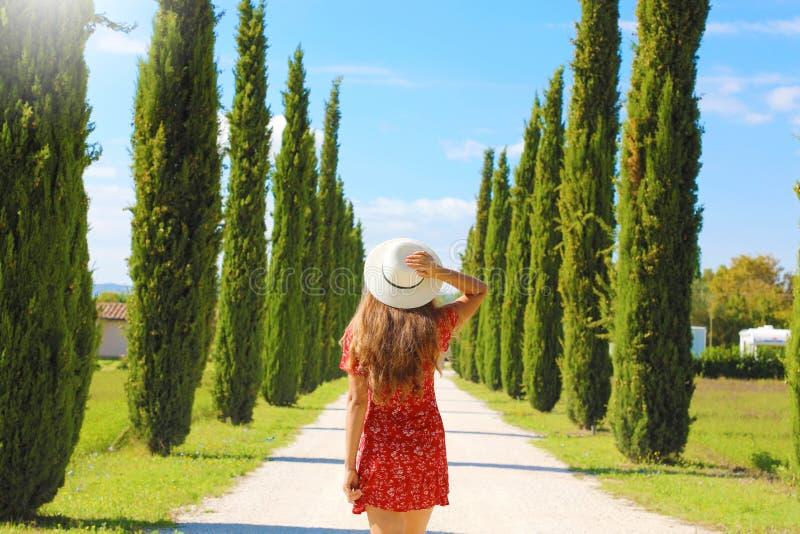 Junge Frau in toskanischer Landschaft mit Zypressenbäumen Reisen in Italien lizenzfreies stockbild