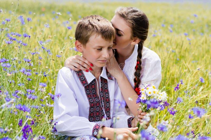 Junge Frau u. Junge auf Sommerweizenfeldern lizenzfreies stockfoto